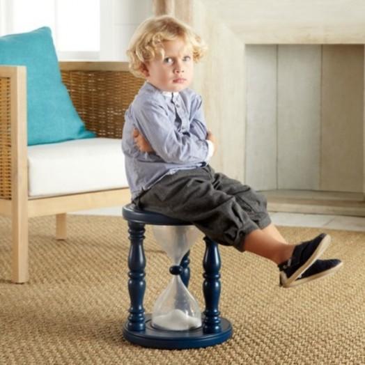 Мальчик примеряет ортопедическую обувь сидя на стуле